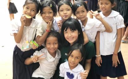 カンボジアの子供と日本出身の高校生チャイルドケアボランティア